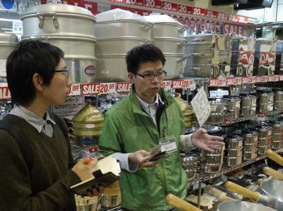 取材に応じてくれた鈴木店長。ラーメン屋に行くと鍋の手入れ状態がすごく気になってしまうらしい