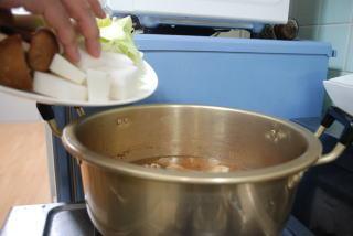 煮えにくい野菜から順番に投入