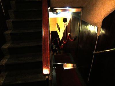 おそるおそる、古い階段を降りて行くと、そこには別世界が…。