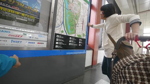 IKEAはどこにある?という妻に、駅前の地図でいうならこの左下くらい、徒歩4~50分の距離だ、と。