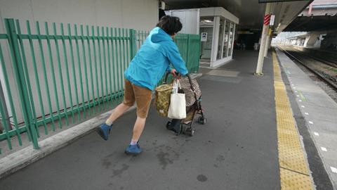雨はご心配なく。この上着はナイロン製だし、荷物もベビーカーにたくさん入ります。