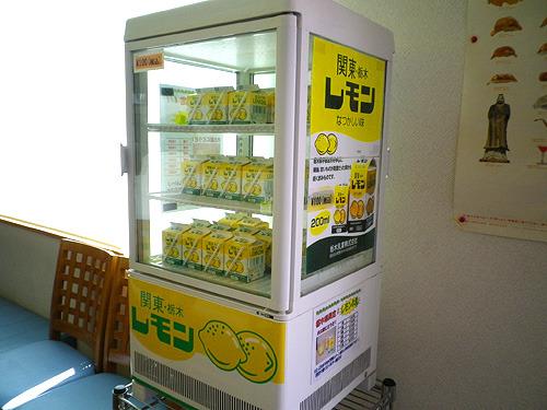 店内にどーんとレモン牛乳冷蔵庫