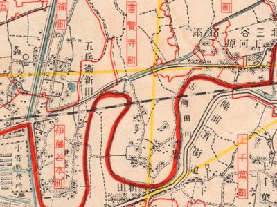 ちょっと見にくいけれど、赤い線の区境の下に青い川が描いてある(「大東京全圖・東部方面」報知新聞社・昭和7年)