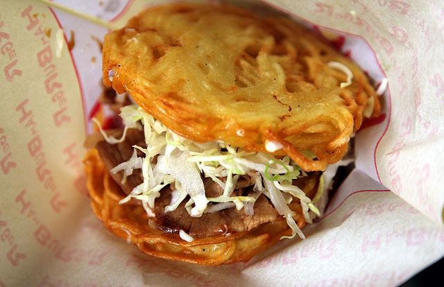バンズ(ハンバーガーのパンの部分)の部分が焼きそば。揚げられていて外はカリカリだけど中はもちもち食感。面白い。