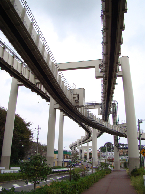 最寄り駅は千葉動物公園駅。駅の動物園じゃないほうの出口を出るとすぐにこんな感じである。かっこいい。