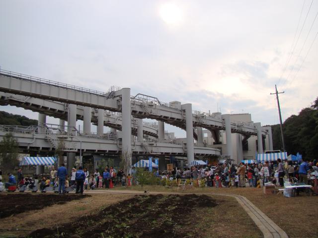 でた、鉄道には真似の出来ない豪華2階建て車両基地。