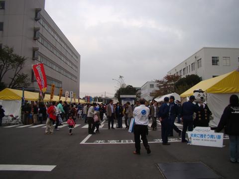 最寄り駅は京急の浜川崎駅。浜川崎はほかにあまりなにもないところだが、JFEに着くと中に郵便局があったりものすごく立派で驚く。