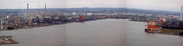 帰りに千葉ポートタワーから撮った千葉港蘇我地域の全容。北は市川市から、南は袖ヶ浦市までつづく千葉港は、実は日本一広い港なのだとこの日知る。やるじゃん、千葉。