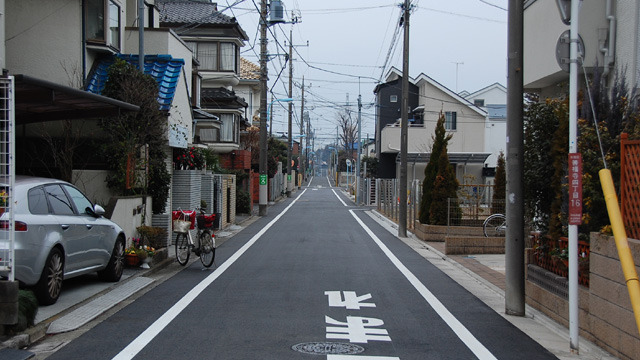 向こうまでまっすぐな住宅街の道