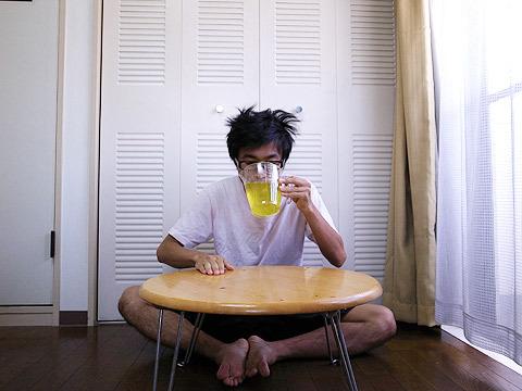 髪の毛を逆立て黄色い液体を飲む!