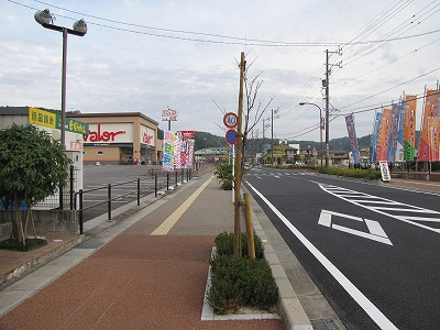 駅前は整備されていてスーパーなども立ち並んでいる。