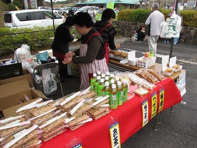 出店ではヘボ料理をはじめ、地元串原の特産品などいろいろな商品が売られている。写真手前に並んでいるのはヘボを混ぜ込んだ炊き込みご飯、「ヘボめし」。