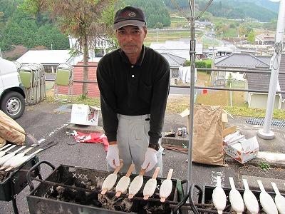 こちらのダンディなお父さんが焼いているのは五平餅という郷土料理。