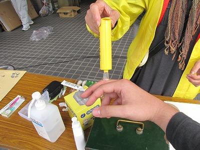 慣れた手つきでポイズンリムーバーを使って毒を吸い出してくれる。