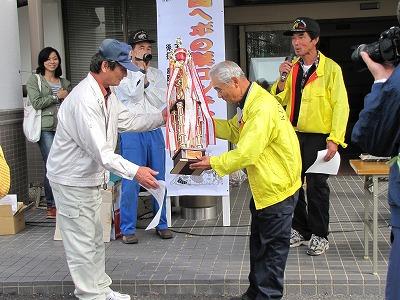 栄えある優勝者は今大会唯一、6キロを超える巨大な巣を持ち込んだ早川さん。
