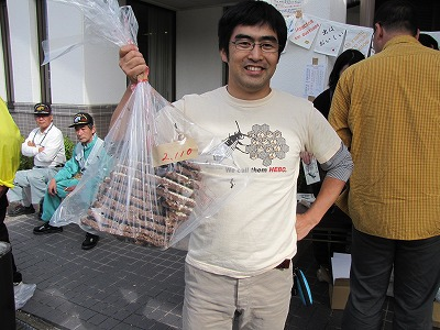 こちらはヘボTシャツを着てなんと兵庫県からお越しの坂本さん。リッチに2キロの巣を購入。毎年通っているのだとか。