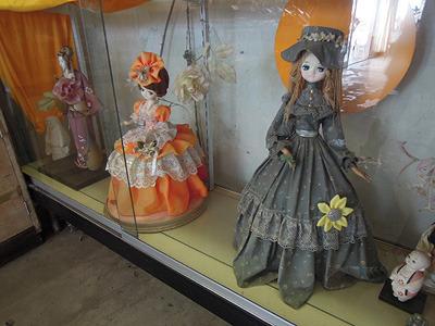 この人形も500円なのだろうか。これも高いのか安いのかわからない