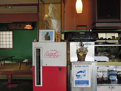 ラジカセからはなぜか山梨のラジオが大音量で流れている