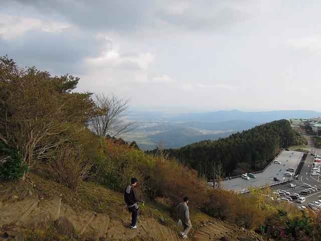 ガマランドのさらに上に登ると、ここが山だという事を思い出す。よい景色を眺めながら解毒タイム