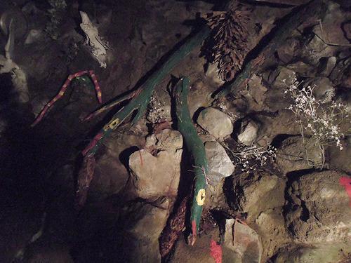 流木にペンキが塗られたヘビがいまして