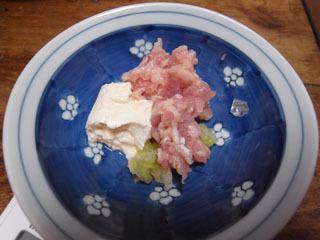 ほぼ肉と同量の豆腐(きっちり水切りした木綿)にてチャ レンジ。ネギも入りました。