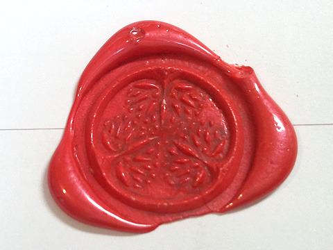 徳川の家紋「丸に三つ葉葵」。徳川家用に。水戸黄門のオープニング背景に出てくるぷっくりした立体物のイメージだったのだが、掘り込みが足りなかったか。