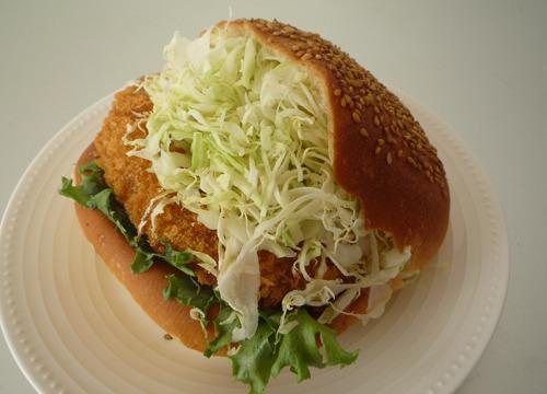 その名もダイナマイトコロッケ(180円)。キャベツでパンが閉まらない!