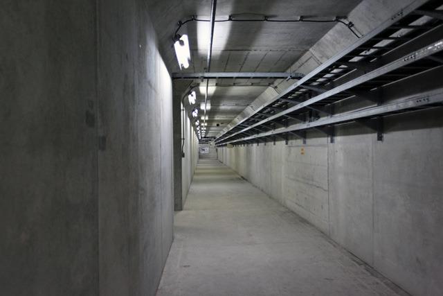 ダムの中をトンネルが通っている