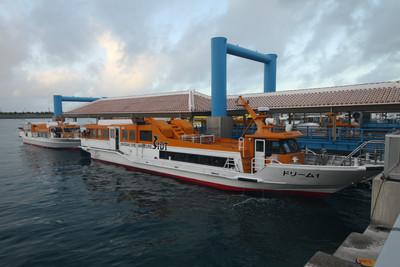 こういった高速船が石垣島と各島を繋いでいる