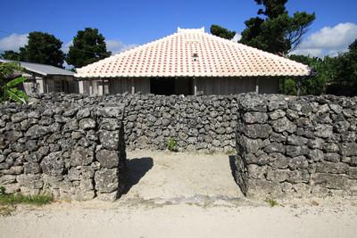家の前にはヒンプンと呼ばれる壁が立つ