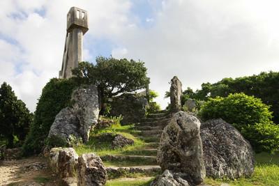 竹富島の西集落内にそびえる「なごみの塔」