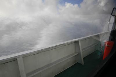 竹富島の航路とは比較にならないくらいの波だ