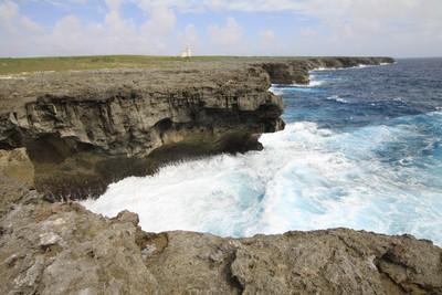 その海岸線は……断崖絶壁!
