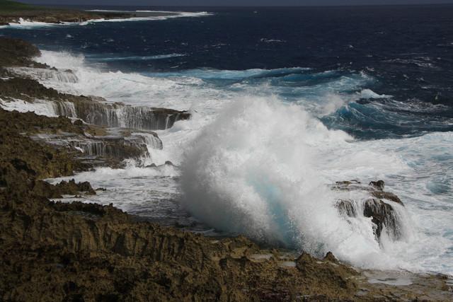 飛沫を上げる荒波に、南の島のイメージが変わった