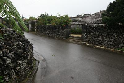 この島にも、石垣と赤瓦の町並みが広がる