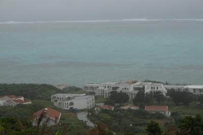 雨模様でも、高台から見るサンゴの海は綺麗だ