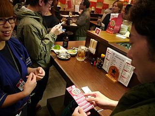 チケットは4枚綴りなので、一人酒なら4件回ることができる。