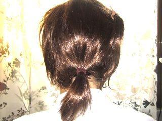 髪は長過ぎるので、後ろはしばって誤摩化します。