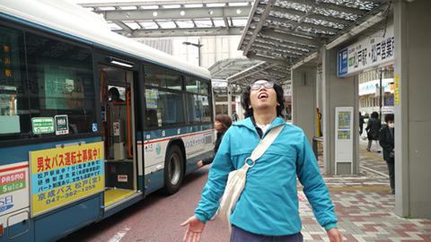 市川駅前の空気である。この匂い、もしかしてバスが近くにある?