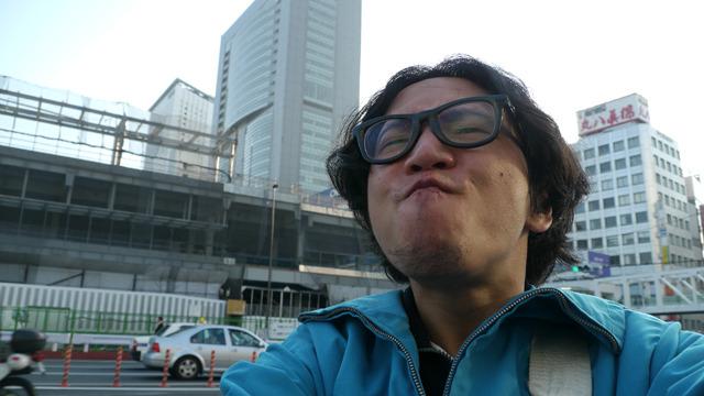 昔はムッとしてたであろう新宿駅前の空気。こちらもほどほどにバスくさい。 後世に伝えたいどうでもいいことは『昔は市川から東京に来ると空気がムッとした』に決定!