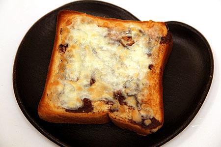 これが一番おすすめの食べ方という、ベジマイトチーズトースト。