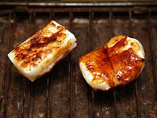 左がベジマイトのみ、右がベジ醤油を塗った餅。
