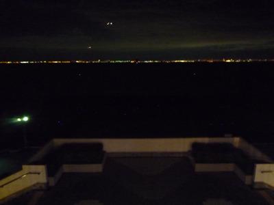 東京湾沿岸の灯りがぐるりと取り囲む。綺麗っちゃ綺麗。