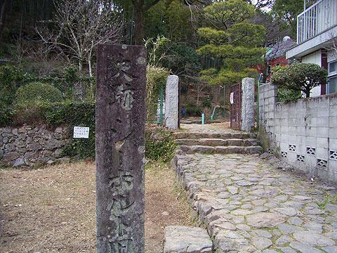 右手には民家が建ってるのも確認できる。(2005年3月撮影)