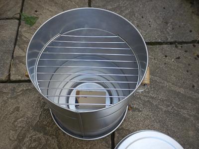 スモークウッドに火を点けたらスモーカーの中に配置する。網に食材を置いて蓋をしたらあとは待つだけである。