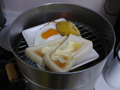火を点けたら網の上に朝食をセット。コーンスープは網に乗らなかったのでスモーカーの底に置いた。