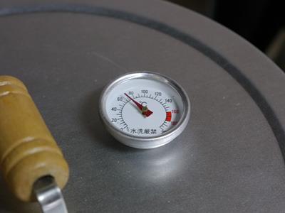 コンロに火を点けて蓋をする。中の温度はだいたい70~80度くらい。
