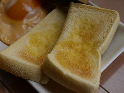 食パンの燻製はバターの少し甘い香りが混じり、しゃれたパン屋なら300円くらいで売っていそうな出来である。しかし味はほぼ食パンそのもの。少し香ばしいか。