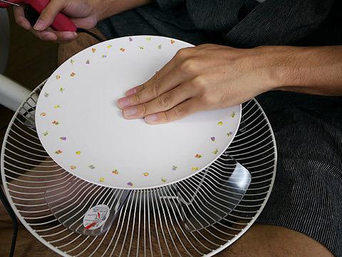 プラスチックのお皿を扇風機に付けて、