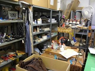 ずらりと並んだ工具類。いかにも制作現場、という趣。